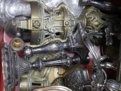Deux Manettes d'objets divers en métal et...