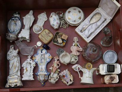Manette d'objets divers dont objets de dévotion,...