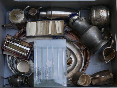 Manette d'objets divers en métal argenté...