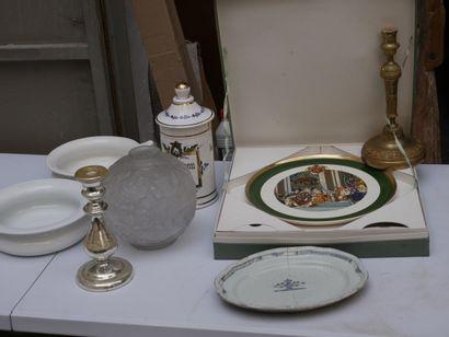 Manette d'objets divers dont assiettes sur...