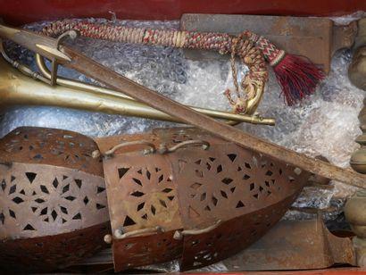 Manette d'objets divers dont chenets, ap...