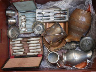 Manette d'objets divers dont couteaux, c...