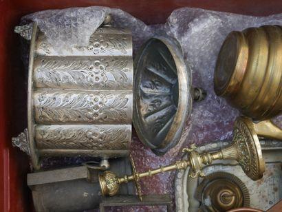 Manette d'objets divers en étain et métal...