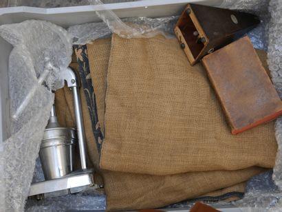 Manette d'objets divers dont tapisserie,...