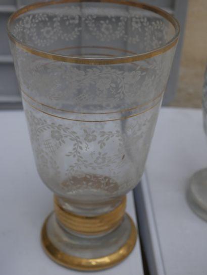 Manette de verreries diverses dont carafes, vases