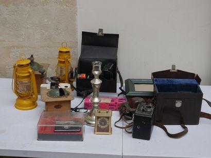 Manette d'objets divers dont appareils photo,...
