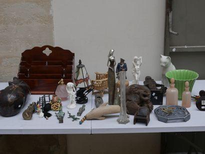 Manette d'objets divers dont objets de décoration...
