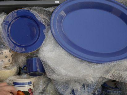 Deux manettes de vaisselles diverses dont...