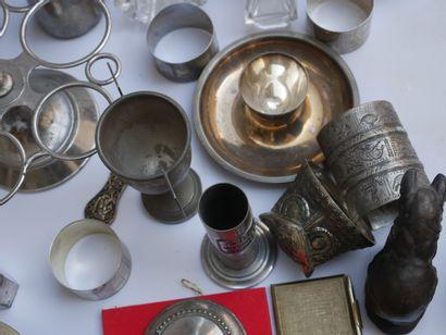 Manette d'objets divers en métal dont salière,...