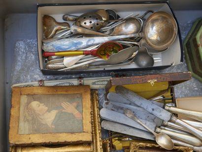 Manette d'objets divers dont couteaux et...
