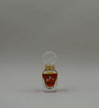 « Pavlova »  Flacon en verre, décoré sur une face de fleurs et titré « Pavlova »....