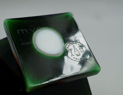 MYON « Exaltation »  Flacon en cristal de Baccarat, blanc doublé vert, panse reposant...