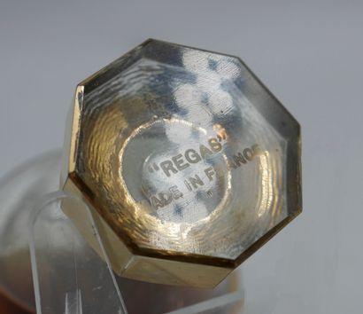 REGAS  Flacon en verre de forme évasée sur piédouche à découpe octogonale. Bouchon...