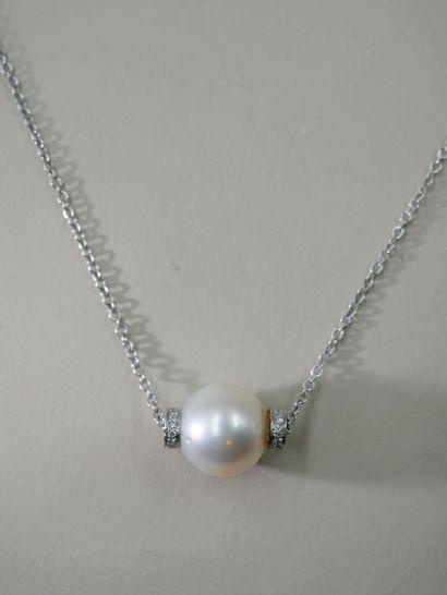 Chaîne en or gris 14k retenant une perle...