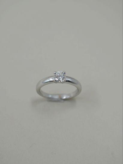 Bague jonc en or blanc 18k ornée d'un diamant...