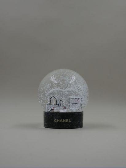 CHANEL - Boule à neige figurant le logo et...