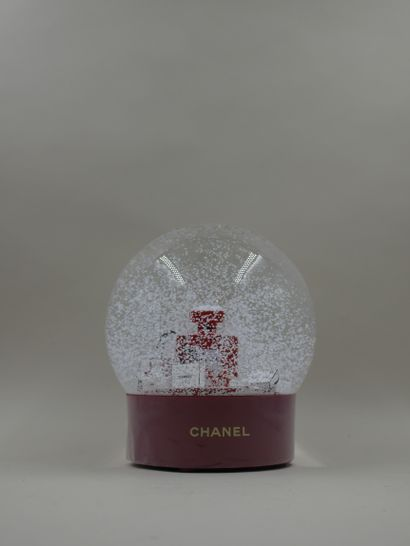 CHANEL - Boule à neige XXL motorisée figurant...