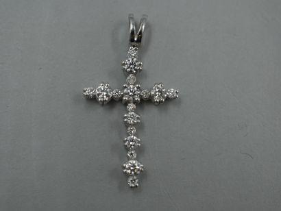 Pendentif Croix en or gris orné de diamants...