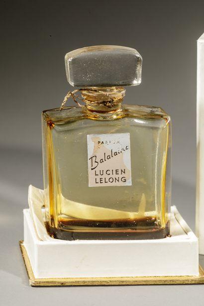 LUCIEN LELONG « Balalaïka » Flacon en verre de forme carrée, étiquette or titrée...