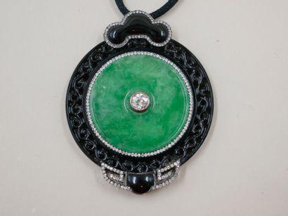 Pendentif composé d'une plaque de jade circulaire...