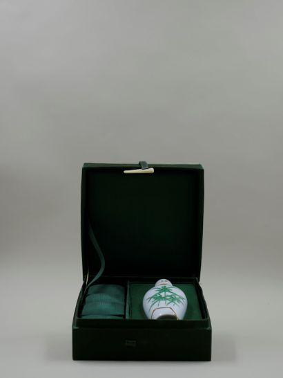 DYNASTY « Ming » Très rare flacon en porcelaine...