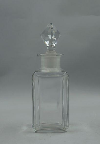 BACCARAT  Important flacon en cristal, bouchon à facettes. H : 18cm.