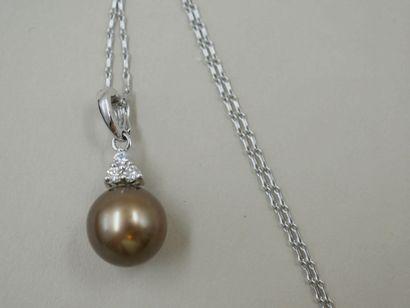 Pendentif en or blanc 18k retenant une perle...