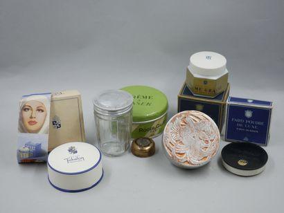 Lot comprenant 1 boîte à poudre Roger Gallet, Lalique « Fleurs d'amour », (vide,...