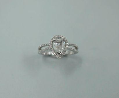 Bague ajourée en or blanc 18k ornée d'un diamant taillé en poire de 0,70cts environ,...