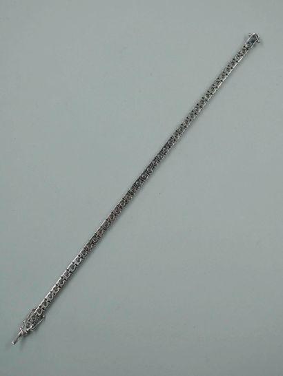 Bracelet ligne en or blanc 14k composé de quarante-trois diamants taille brillant...