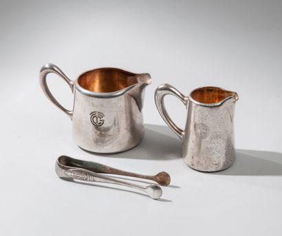 Lot : ALFENIDE pour CHRISTOFLE. Deux pots à lait en métal argenté ornés du monogramme...
