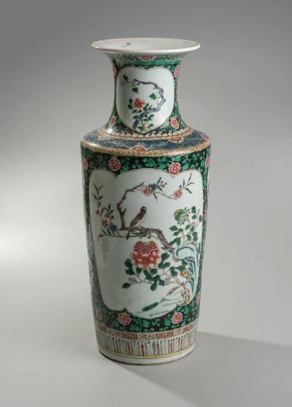 """CHINE. Vase balustre en porcelaine à décors émaillé dit """"de la famille verte"""" d'oiseaux..."""