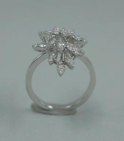 """Bague """"flocon"""" en or blanc 18k sumontée d'un jeté de diamants taille brillant. TDD..."""