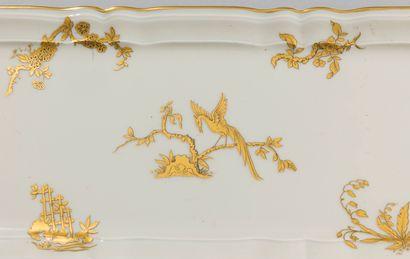 BERNARDAUD à Limoges, Service de table en porcelaine à décor d'oiseaux de Paradis...