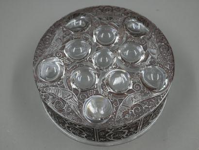 """René LALIQUE (1860-1945). Boîte ronde modèle """"Roger"""" en verre moulé pressé partiellement..."""