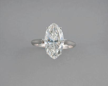 Très beau solitaire en or gris 18k surmonté d'un diamant taille navette de 3,04ct...
