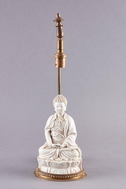 CHINE. Bouddha en porcelaine émaillée blanche...