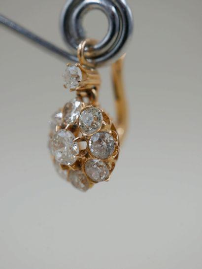 Paire de dormeuses fleurs en or jaune 18k ornées de diamants pour un poids total...