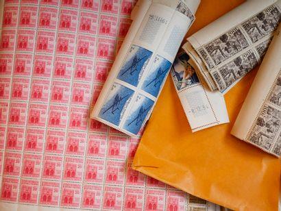 TOUS PAYS : 3 valises contenant des timbres...
