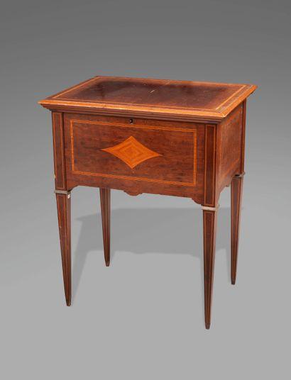 Table formant bar en bois de placage marqueté de figures losangiques et d'encadrements...
