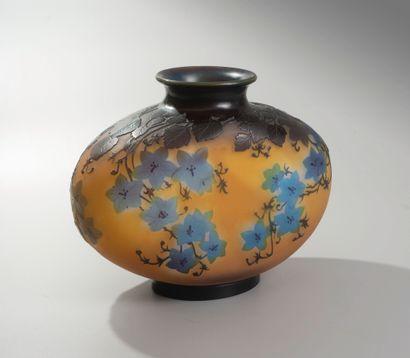 Emile GALLE ( 1846-1904). Vase en verre multicouche de forme oblongue pansu à col...