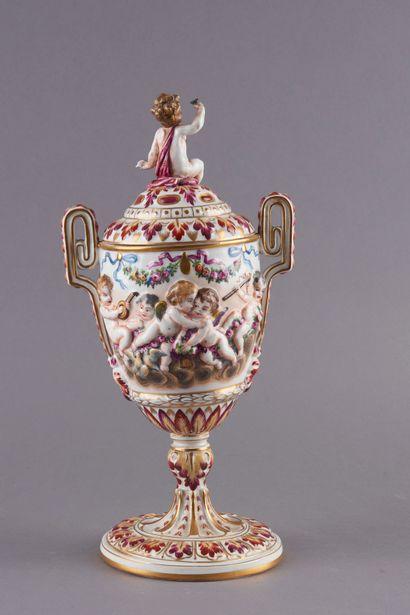 Attribué à CAPODIMONTE. Vase couvert en porcelaine...