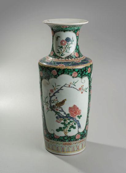 CHINE. Vase balustre en porcelaine à décors...
