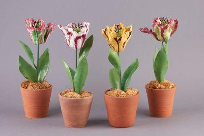 Quatre tulipes en porcelaine, les tiges en...