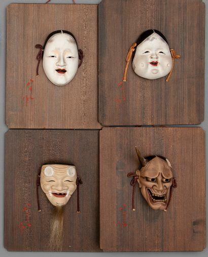 JAPON, Quatre petits masques en porcelaine...