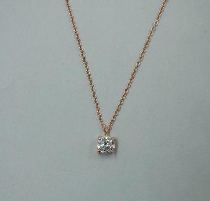 Pendentif en or rose 18k orné d'un diamant taille brillant de 0,72cts, de couleur...