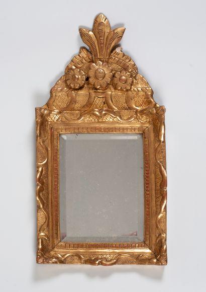 Miroir à en bois mouluré, sculpté et doré à décors de croisillons et entrelacs fleuris...