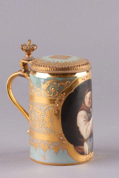 VIENNE. Chope en porcelaine décorée à l'or et relief de frises d'acanthes, enroulements,...