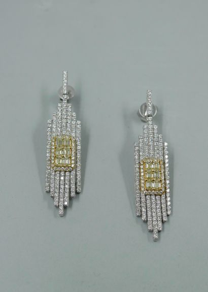 """Paire de pendants d'oreilles """"Chrysler Building"""" de style Art Déco en or blanc et..."""
