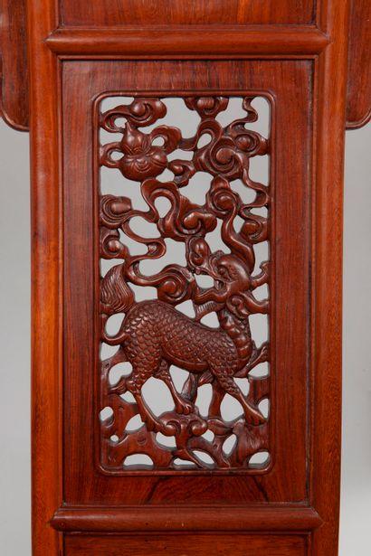 CHINE. Fauteuil pliant de mandarin en bois naturel sculpté et laiton, le bandeau...